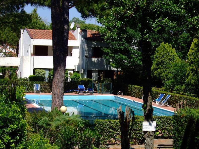 SPAZIO 80: Affitto a Lido di Spina villetta con giardino in Residence con piscina