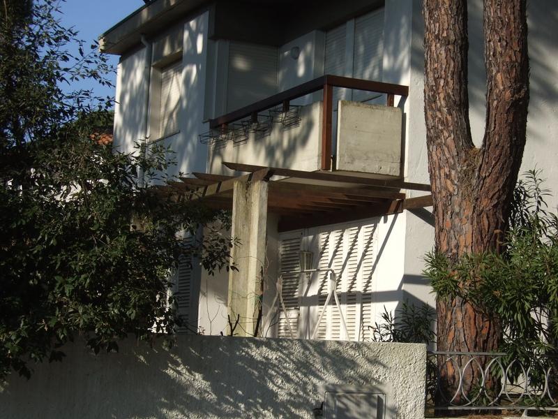 VILLA LUISA: Ampia villa con giardino su tre lati in vendita a Lido di Spina