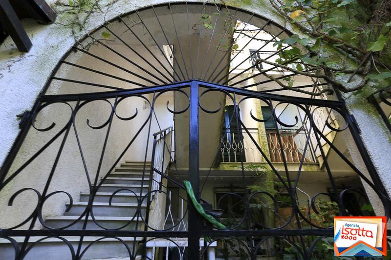 VILLA RUTH : vendita bella villetta in edificio stile moresco - zona chiesa Lido di Spina